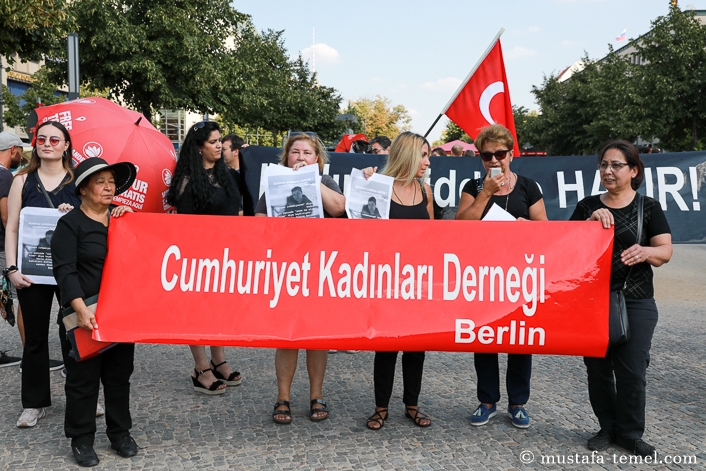 Kadına şiddet Berlin`de protesto edildi