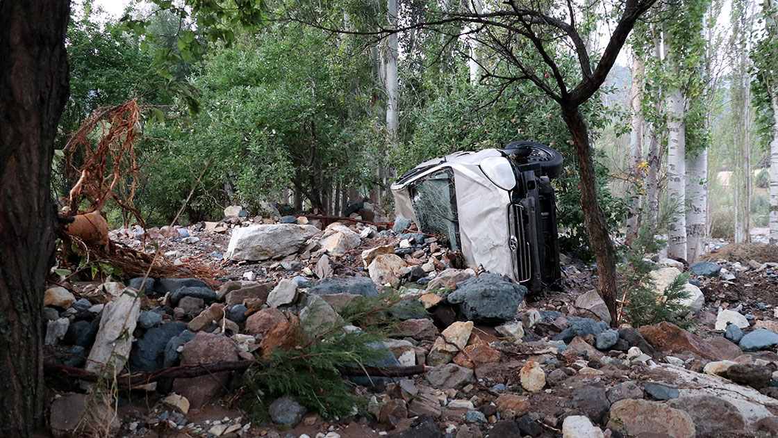 Sivas'ta HES kanalı patladı araçlar suya kapıldı