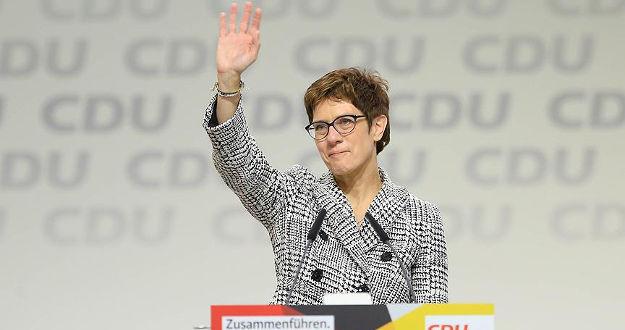 Merkel'in halefi istifasını duyurdu