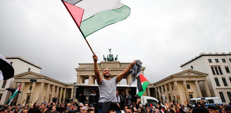 Berlin Brandenburg Kapısı'nda İsrail'i protesto