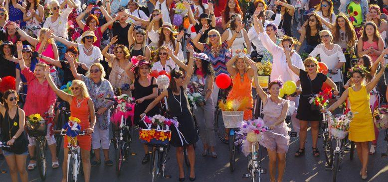 Süslü kadınlar Berlin`de pedal çevirecek