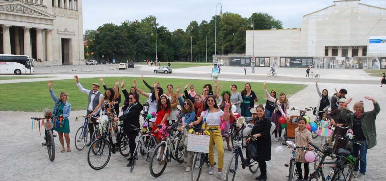 Süslü kadınlar Münih'te bisikletle tur attılar