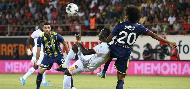 Fenerbahçe lider Alanyaspor'a farklı yenildi