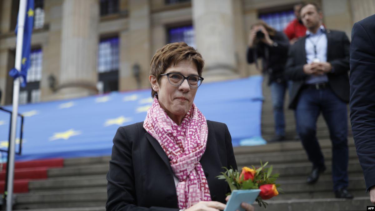 Merkel'in Halefi Gözüyle Bakılan CDU Genel Başkanı'na Eleştiriler
