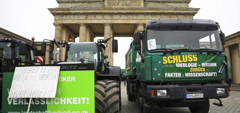 Almanya'da çiftçiler hükümetin tarım politikalarını protesto etti