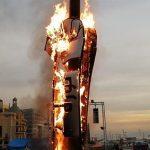 Beyrut'ta gösterilerin simgesi olan 'devrim' yazılı yumruk ateşe verildi