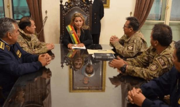 Bolivya'da polis darbeye olan 'hizmet'lerinden dolayı para istedi