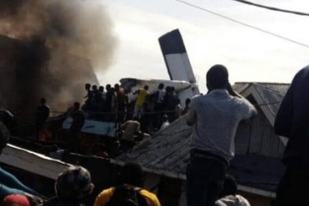 Demokratik Kongo Cumhuriyeti'nde yolcu uçağı evlerin üzerine düştü
