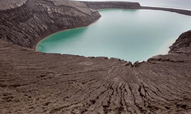 Denizaltı yanardağı patladı, bir ada battı, daha büyüğü oluştu