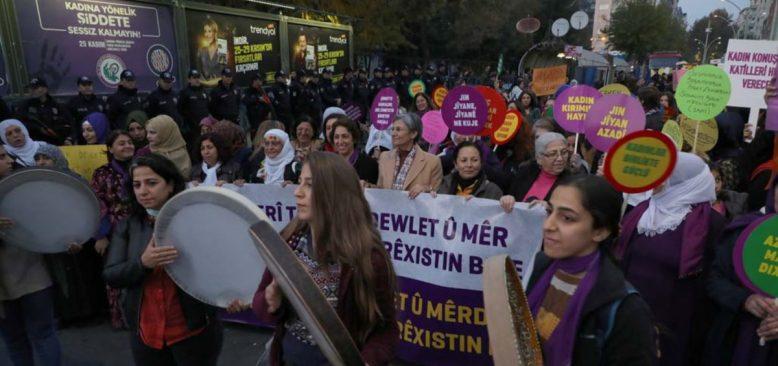 Diyarbakırlı Kadınlar Şiddete Karşı Yürüdü