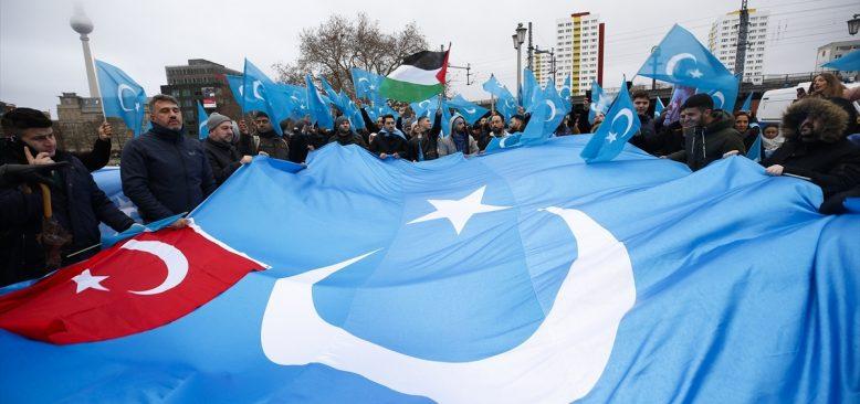 Çin'in Uygurlara yönelik baskı politikaları Berlin'de binlerce kişinin katılımıyla protesto edildi