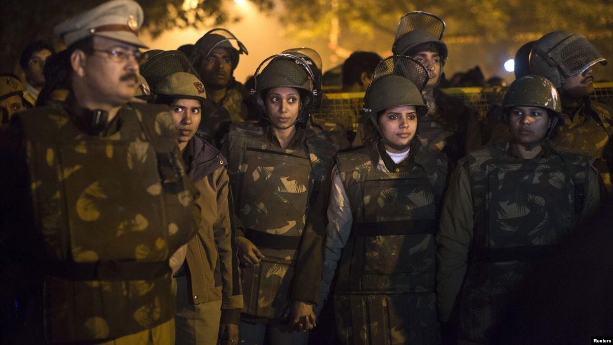 Hindistan'da Polis'in Tatbikatta Tecavüz Zanlılarını Vurması Tartışması