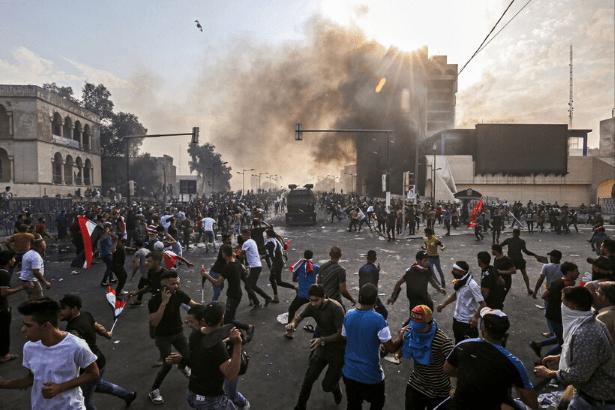 Irak'ta protestocular parti binalarını ateşe verdi