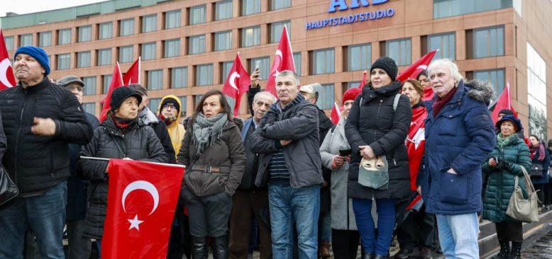 Atatürk'e dil uzatmak haddinize değil
