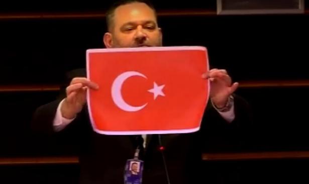AP'de Yunan Vekil Türk Bayrağını Yırttı