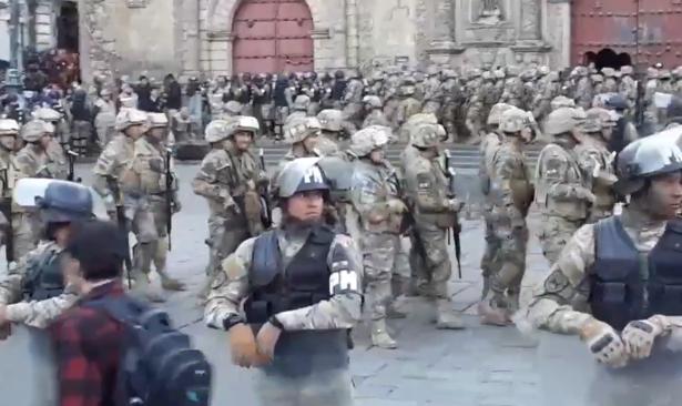 Bolivya'da askerlerden gösterilere karşı 'geçit töreni'
