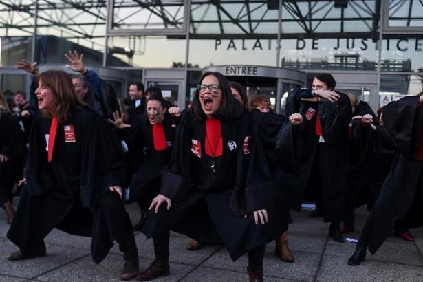 Fransa'da avukatlar emeklilik tasarısını Haka dansıyla protesto etti