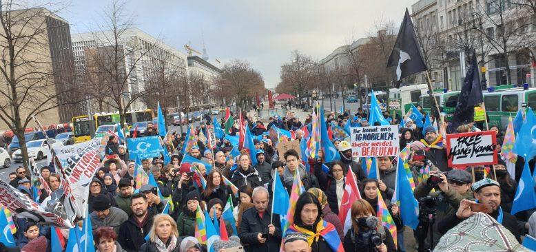 Uygurlular ve Hong Konglular Çin`i protesto etti