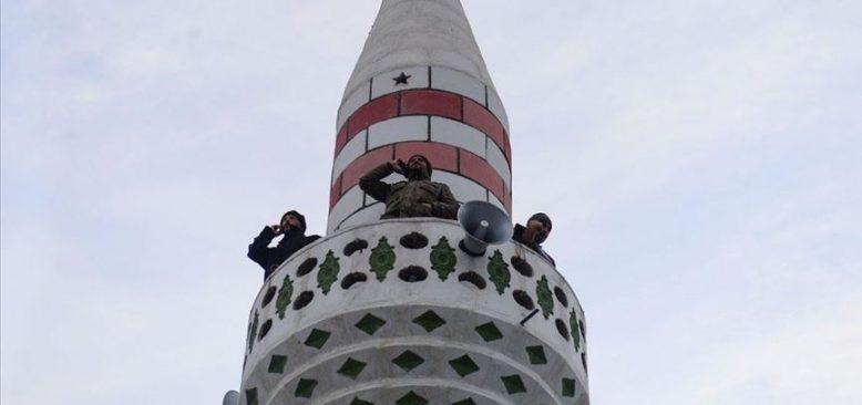Köylüler telefon görüşmesini minareden yapıyor