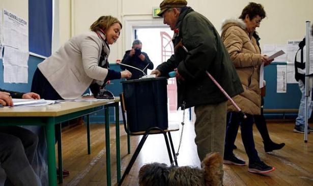 İrlanda seçimleri, partilerin birbirlerine yakın oylar almasıyla sonuçlandı