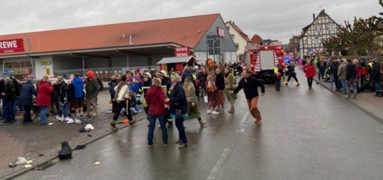 Almanya'da Bir Araç Karnaval Yürüyüşüne Daldı