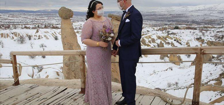 Kapadokya'da düğün fotoğrafı çektiren gelin-damattan maskeli önlem