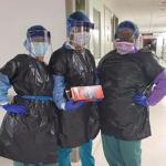 New York'taki hastanede hemşireler virüsten korunmak için çöp poşeti giyiyor