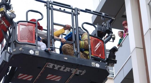 Yangında mahsur kalan 10 kişi kurtarıldı