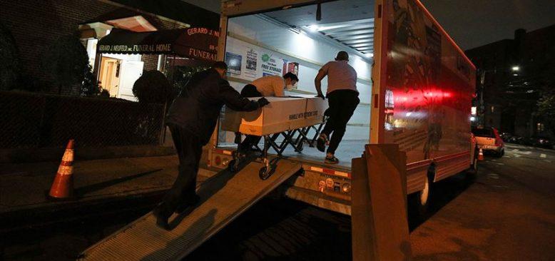 Dondurucusu olmayan kamyonetlere yerleştirilen cesetlerin kokusu çevreye yayıldı