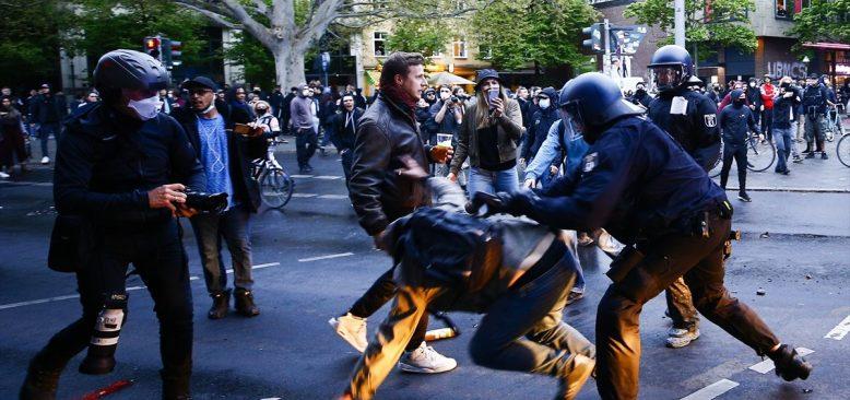 İzinsiz 1 Mayıs gösterisine polis sert müdahale etti