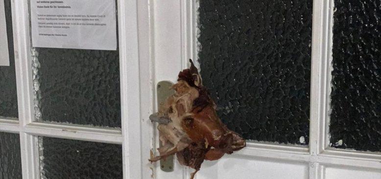Cami kapısına domuz kafası asıldı
