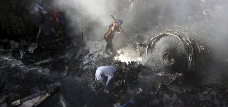 Pakistan'da Düşen Yolcu Uçağından İki Kişi Kurtuldu