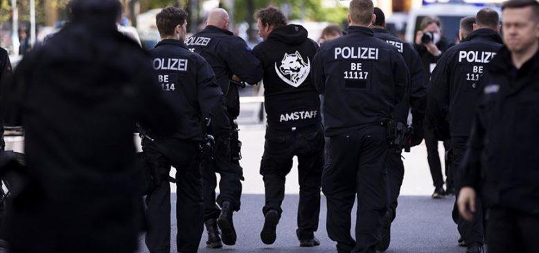 Kısıtlamaları protesto edenlere polis müdahale etti