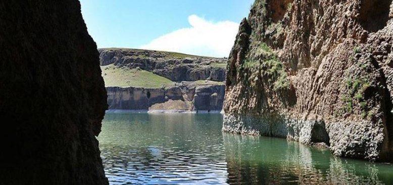 45 milyon yıllık kanyonlar baharın renkleriyle büyülüyor