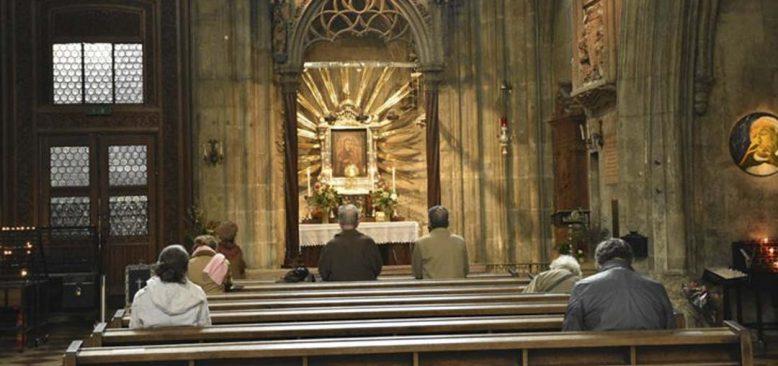 Almanya'da bir kilisedeki ayine katılan 40'den fazla kişiye Kovid-19 bulaştı