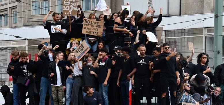Almanya'da Onbinlerce Kişi Irkçılığı Protesto Etti
