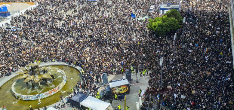 Berlin`de, ABD'de polis şiddetiyle öldürülen George Floyd protestosu