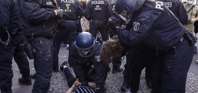 Polisin bir siyahi göstericiye şiddeti Almanya`da tartışma yarattı