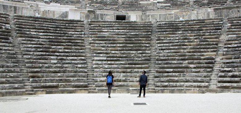 Aspendos Antik Tiyatrosu yeni dönemin ilk ziyaretçilerini kabul etti