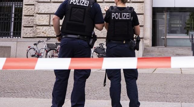 Almanya'da COVID-19 karantinasını aşmak isteyenler 8 polisi yaraladı