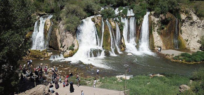 Muradiye Şelalesi'nde ziyaretçi hareketliliği