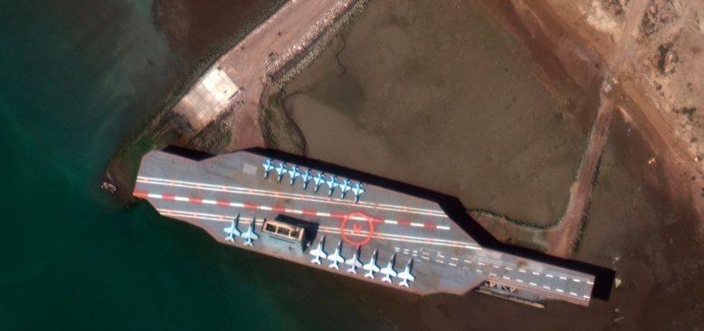 İran ABD Uçak Gemisine Benzeyen Makete Füze Fırlattı