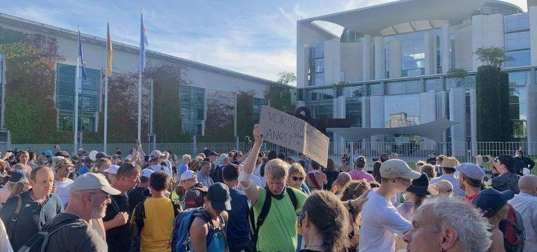 Almanya'da başbakanlık binası önünde aşırı sağcı protesto
