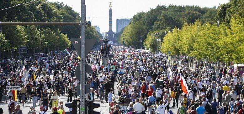 Berlin'de koronavirüs önlemlerine karşı protesto
