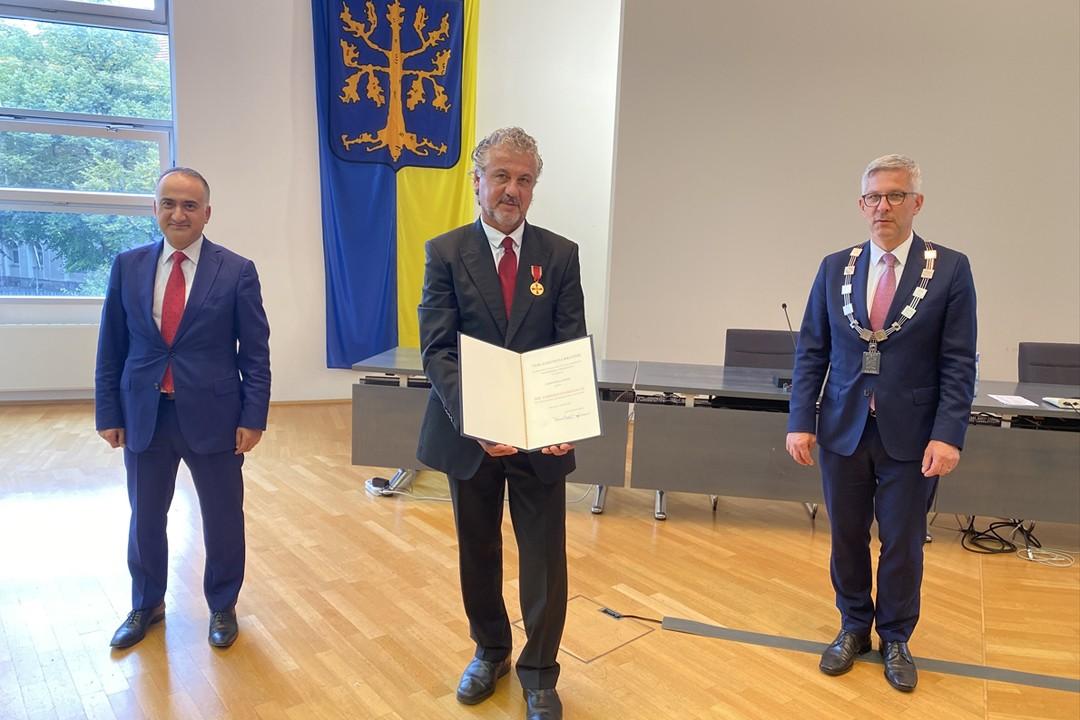 Eski milli futbolcu Erdal Keser'e Almanya devlet liyakat nişanı verildi