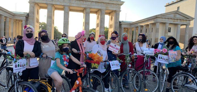Berlin'de 'Süslü Kadınlar Bisiklet Turu' Yapıldı