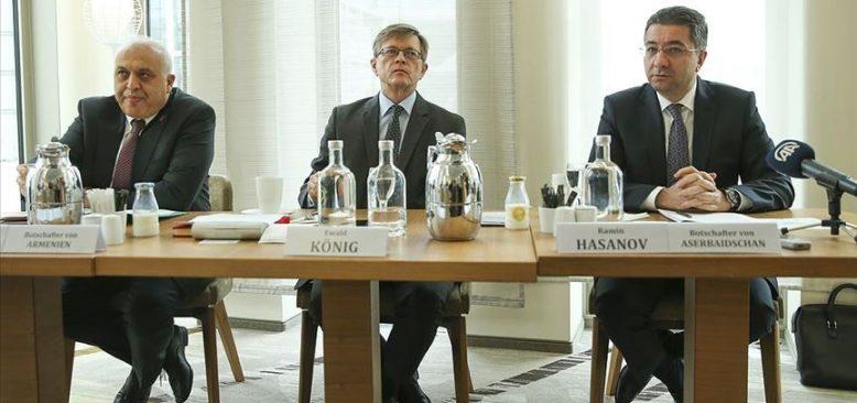 Azerbaycan ve Ermenistan büyükelçileri Dağlık Karabağ meselesini tartıştı