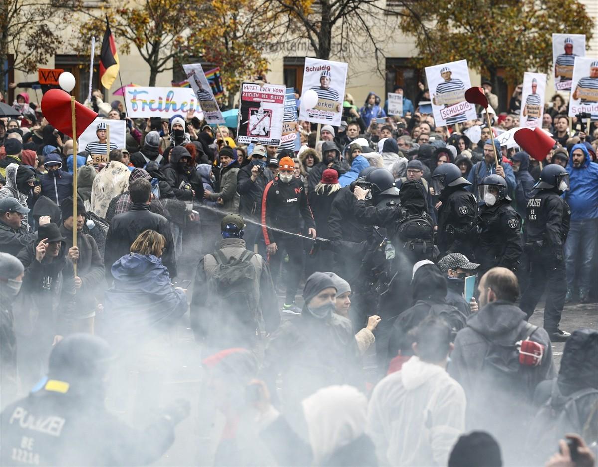 Almanya'nın başkenti Berlin'de, federal hükümetin yeni tip koronavirüs (Kovid-19) salgınının yayılmasını önlemek için izlediği politikaya karşı yapılan protestoya polis müdahale etti.