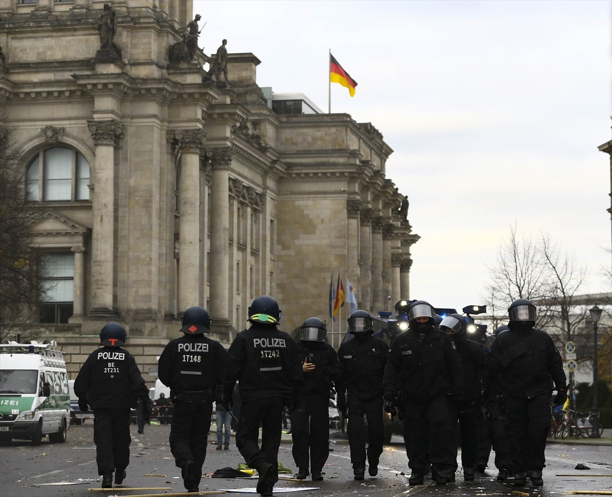 Berlin'de, federal hükümetin yeni tip koronavirüs (Kovid-19) salgınının yayılmasını önlemek için izlediği politikaya karşı yapılan protestoya polis müdahale etti.