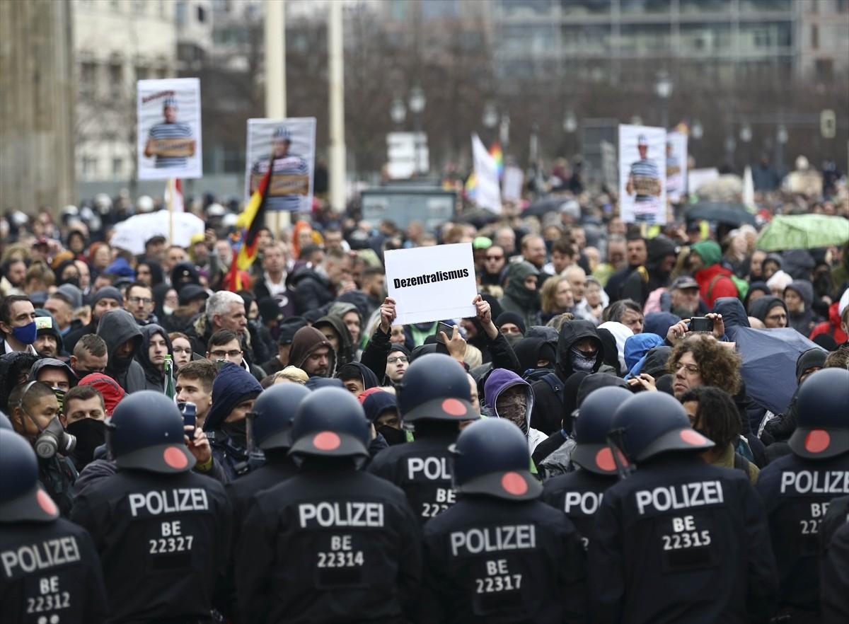 Berlin'de Korona ve Aşı Karşıtı Protesto